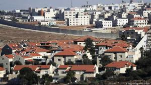 In full view: Israeli settlement Pisgat Zeev (in the foreground) and the Palestinian town Anata (photo: Getty Images/AFP/A. Gharabli)