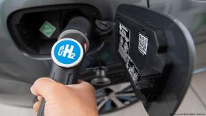 Refuelling with hydrogen (photo: picture-alliance/dpa/S. Gollnow)