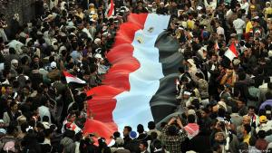 Archive photo: Yemeni people wave a national flag during a celebration commemorating the third anniversary of the 2011 uprising in Sanaa, Yemen, 11 February 2014 (photo: picture-alliance/dpa)