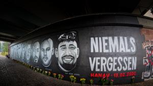 One year after the attack in Hanau: under the Friedensbruecke bridge in Frankfurt, a 27-metre-long memorial graffiti commemorates the victims of the Hanau attack on 19 February 2020 (photo: picture alliance / greatif / Florian Gaul)