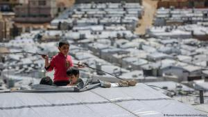Syrian children play on the roof of a shelter in the Barra refugee camp to the north east of the Lebanese city of Beirut (photo: Marwan Naamani/dpa/picture-alliance)