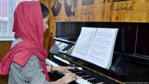18 year-old Afghan Negin Khapalwak plays the piano (photo: picture-alliance/dpa/M. Jawad)