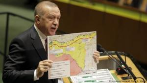 Erodgan presenting a map of northeastern Syria (photo: picture-alliance/AP Photo/S. Weng)