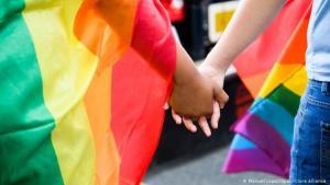 Rainbow flag; couple holding hands (photo: Manuel Lopez/dpa/picture-alliance)