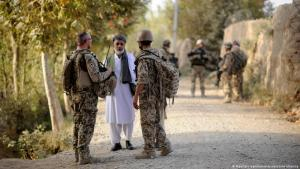 A Bundeswehr soldier (l) and an interpreter (r) talk to a man near Kunduz in the district of Char Darreh (photo: dpa-Bildfunk)