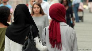 Muslim women wearing headscarves in Munich (photo: imago/Ralph Peters)