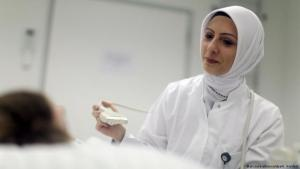 Woman wearing a headscarf in the workplace (photo: picture-alliance/dpa/K. Nietfeld)