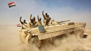 Iraqi tank manned by Iraqi soldiers, four of whom are giving the V-sign (photo: Ahmad al-Rubaye/AFP/Getty Images)