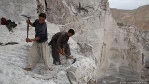 Afghan workers dig for mineral resources (photo: Jawed Kargar/dpa/picture alliance)