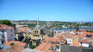 Coimbra riverfront with the old cathedral (photo: Marta Vidal)