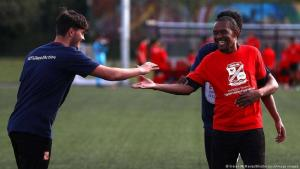 Team sports are considered a great promoter of integration. Here, people make contact with each other quickly and easily (photo: Kieran McManus/Shutterstock/imago images)