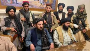Taliban fighters and commanders sitting inside the presidential palace in Kabul (photo: Zabi Karim/AP Photo/picture-alliance)