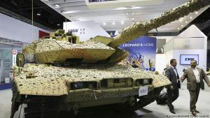 German Leopard tanks at a weapons trade fair in Abu Dhabi 2017 (photo: picture-alliance/AP Photo)