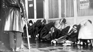 Detained for days in assembly centres: Algerian Muslims in Paris on 20 October 1961 (photo: picture-alliance)