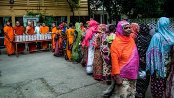 Buddhist monks distributing iftar to poor Muslims in Dhaka, Bangladesh (photo: picture-alliance/dpa/M.P. Hossain)
