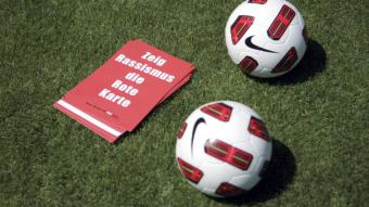 """Show racism the red card"" campaign (photo: picture-alliance/dpa/Fredrik von Erichsen)"