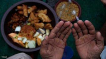 "Breaking the daily fast with ""iftar"" (photo: dapd)"