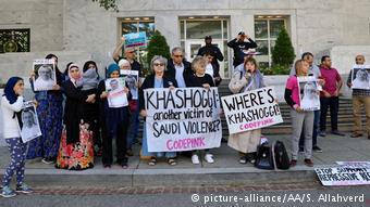 A group of people hold pictures of missing Saudi journalist Jamal Khashoggi during a demonstration in front of the Embassy of Saudi Arabia in Washington on 8 October 2018 (photo: picture-alliance/AA/S. Allahverd)
