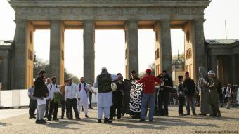Salafists prepare to demonstrate at the Brandenburg Gate in Berlin (photo: picture-alliance/dpa/W. Steinberg)