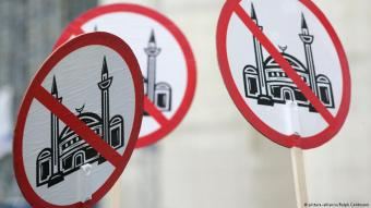 Demonstration against the building of a mosque in Cologne (photo: picture-alliance/Ralph Goldmann)