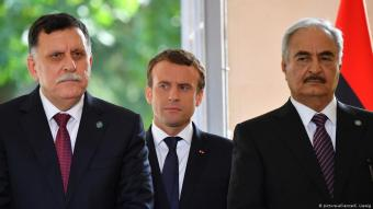 French President Emmanuel Macron, Libyan Prime Minister Fayez al-Sarraj and General Khalifa Haftar, commander in the Libyan National Army (LNA) during a press conference after talks aimed at easing tensions in Libya, in La Celle-Saint-Cloud, near Paris, France on 25 July 2017 (photo: picture-alliance/C. Liewig)