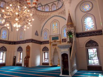 "Interior of Tokyo Camii mosque (photo: Guilhelm Vellut; licence to reproduce as per ""Attribution 2.0 Generic"" (CC BY 2.0))"