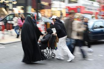 Muslim family crosses London's Oxford Street (photo: Scott Davies/Flickr/Attribution-NonCommercial 2.0 Generic (CC BY-NC 2.0))