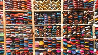 Rainbow wares: leather goods are a popular holiday souvenir from Morocco. In many of the narrow souks in the old town centres, there are alleys full of leather shops. But you can also buy the brightly coloured shoes, belts, bags and co. directly from the leather factories. There, animal skins are still processed according to traditional methods. Working conditions in the tanneries are correspondingly tough