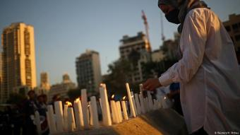 A woman lights a candle during a vigil for the victims lost in a massive explosion, Beirut, 11.08.2020 (photo: Reuters/Hannah McKay)