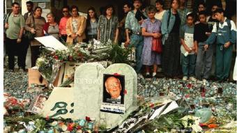 Israelis stand behind a memorial of Yitzhak Rabin (photo: picture-alliance/dpa)