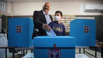 Mansour Abbas, leader of the United Arab List, also known by the Hebrew name Ra'am, votes for Israel's parliamentary election at a polling station in Maghar, Israel on 23 March 2021 (photo: Mahmoud Illean/AP Photo/picture-alliance)