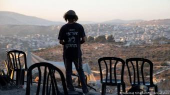 An Israeli settler stands in the outpost of Eviatar near Nablus in the West Bank (photo: Sebastian Scheiner/AP/picture-alliance)