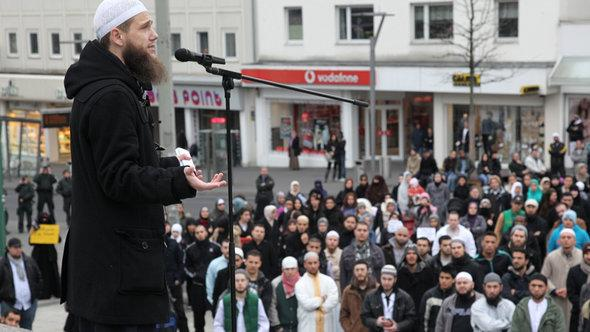 A group of Salafists gather on a street in Mönchengladbach (photo: dapd/Jürgen Schwarz)