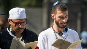 Muslims and Jews at a memorial ceremony in Auschwitz (photo: dpa/picture-alliance)