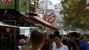 People walk past Syrian restaurants in the Istanbul neighbourhood of Aksaray, August 2019 (photo: picture alliance/AP Photo/Lefteris Pitarakis)