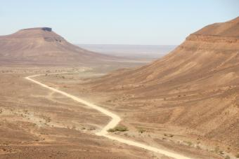 Land of nomads and desert: Mauritaniaʹs extremely hot and arid climate explains its very low population density. In 2009, the country had just 4 million inhabitants spread over 1 million square kilometres. The Adrar plateau, located in the north of the country near Atar, is known for its gorges and dunes